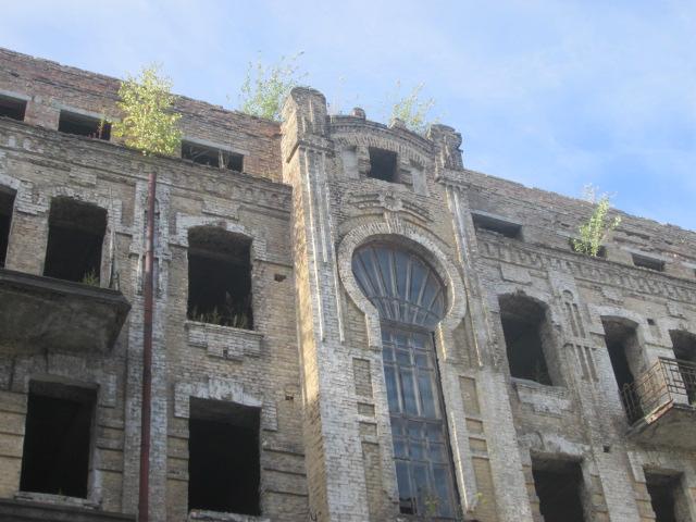 Нежилий будинок (літ. Б) загальною площею 1 766,40 кв.м, що розташований за адресою: м.Київ, пл.Контрактова, буд.10 та основні засоби у кількості 964 одиниць.